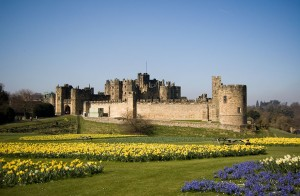 Alnwick Castle (pic by Phil Thomas [CC BY 2.0], via Wikimedia Commons)